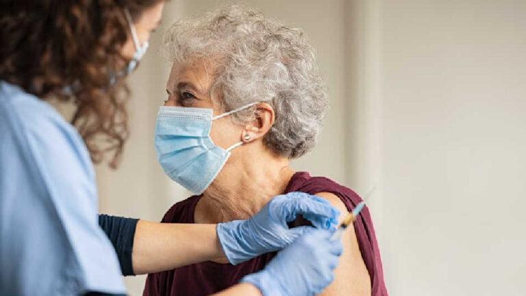 Finiscono le dosi di AstraZeneca, sospesa la vaccinazione. Prosegue senza intoppi per patologici e fragili