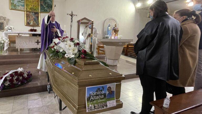 Celebrati alla Sacra Famiglia i funerali di Tonino Altana. L'esame dei rilievi stradali riprenderà lunedì