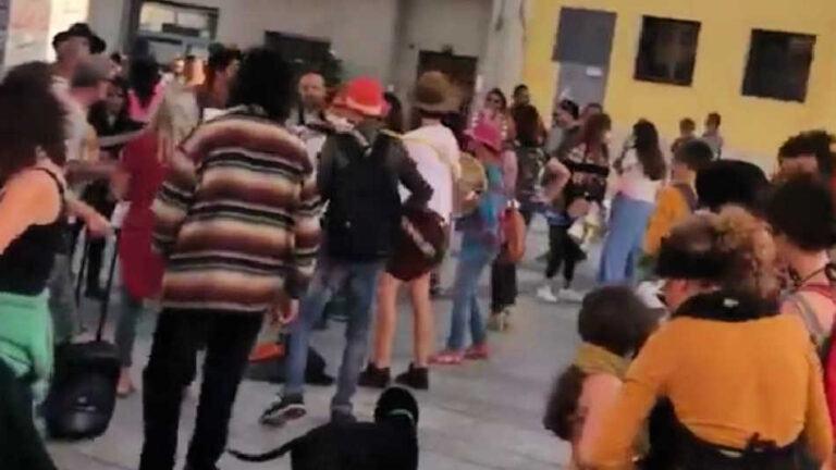 Festa in piazza Mercato senza mascherina