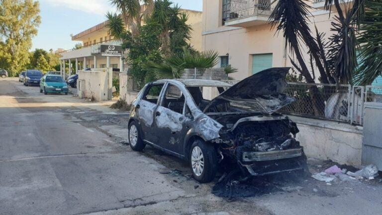 Incendiata l'auto di una donna. I Carabinieri sulle tracce di un sospettato